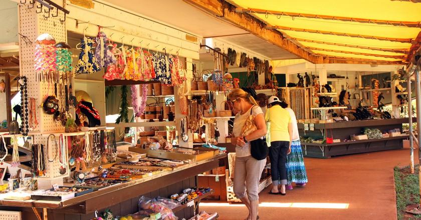 Souvenir Shopping © Prayitno/Flickr