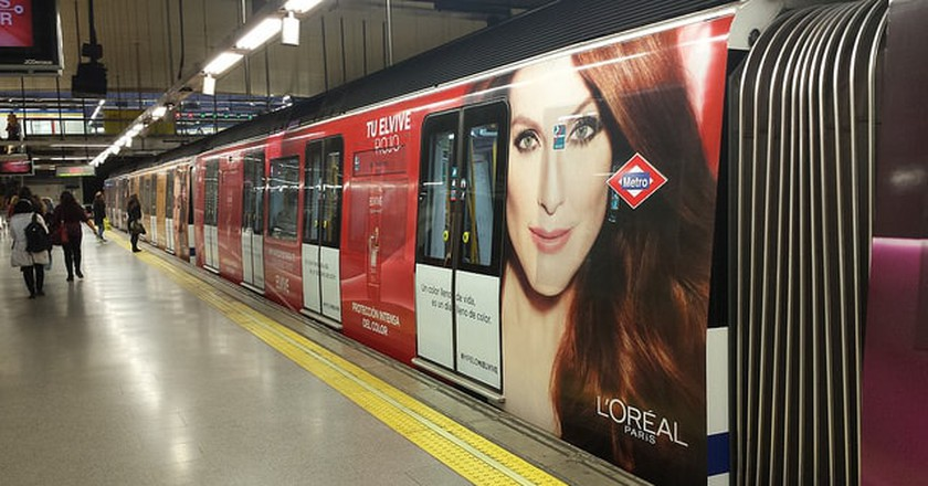 L'Oreal Metro Advert | © VivirElTren.es/Flickr