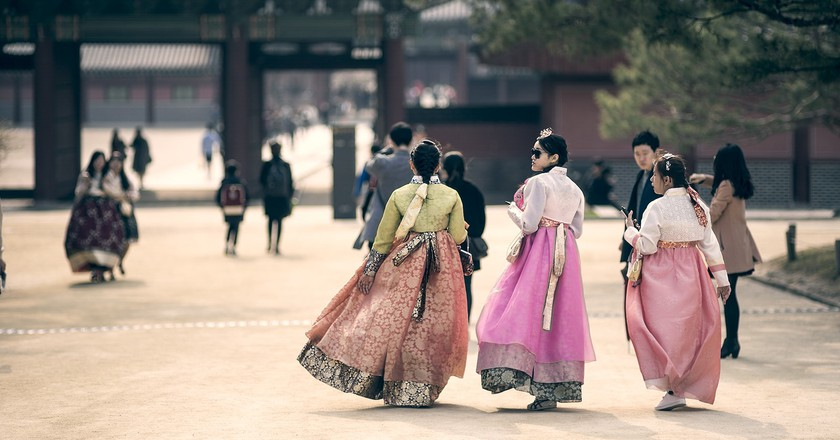 Visitors to Changdeokgung sport hanbok, Korea's traditional dress | © Jay Yoo / Flickr
