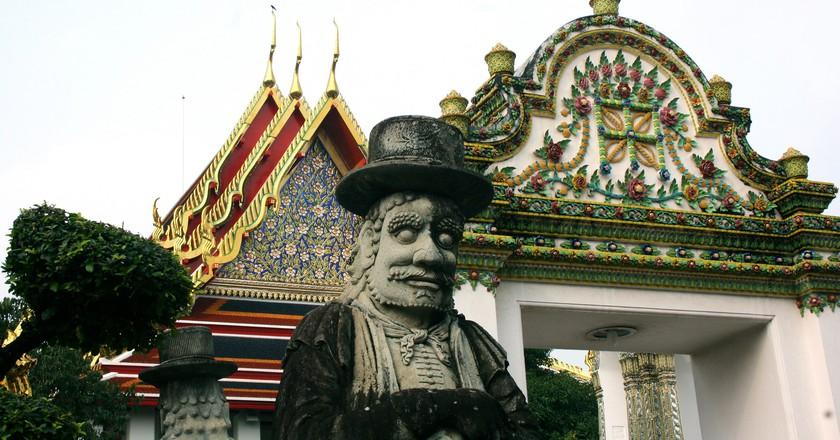 Farang statue outside Wat Pho   © Ian Gratton/Flickr