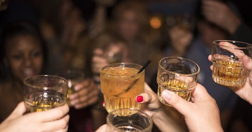 Friends toasting at the bar |© kaicho20/Pixabay