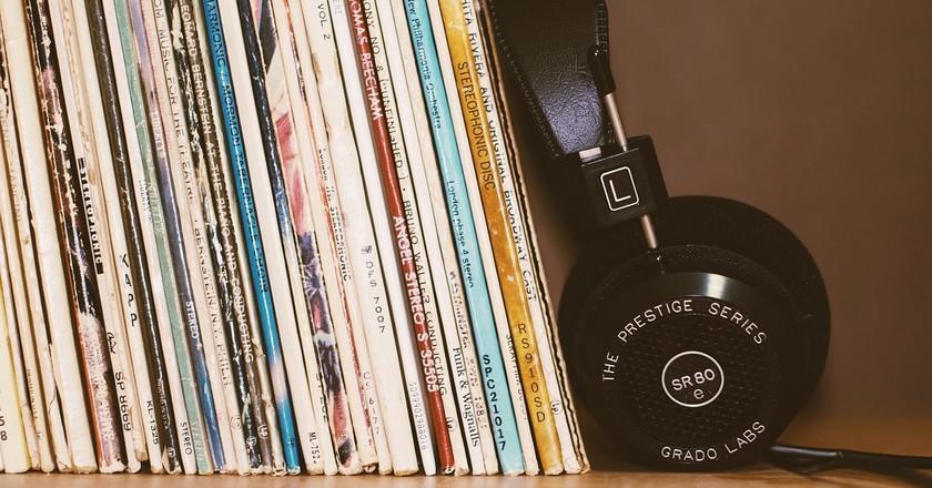 Vinyl records on shelf | © StockSnap/Pixabay