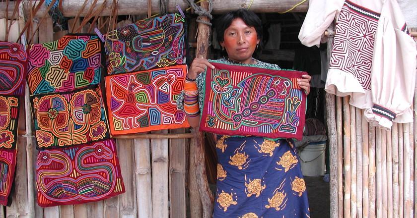 Guna Yala woman showcasing her molas (fabrics)  | © Johantheghost / WikiCommons