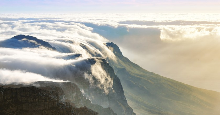 Cloud creeping over Table mountain in Cape Town, South Africa | © orangecrush/Shutterstock