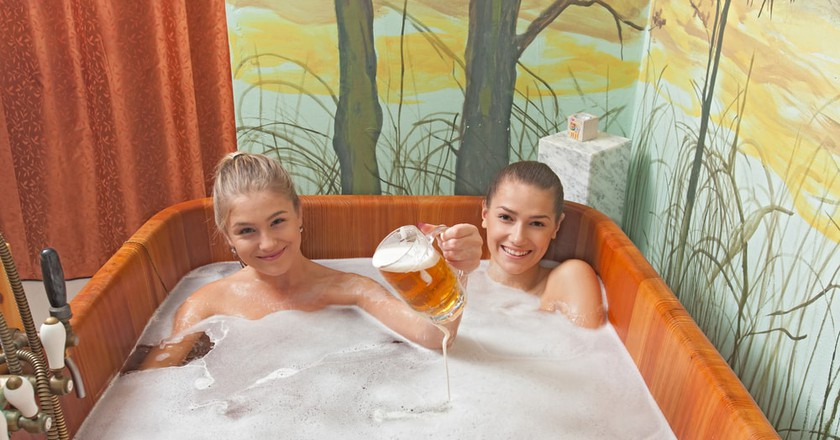 Relaxing in a beer bath | © Rades/Shutterstock
