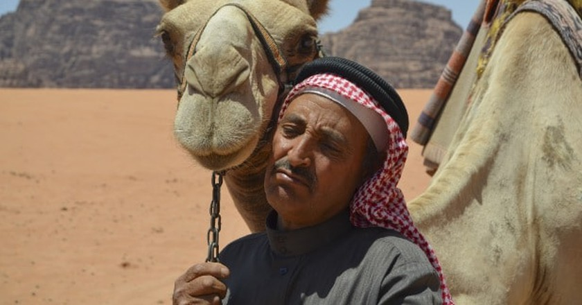 Emirati man with his camel | © Flickr