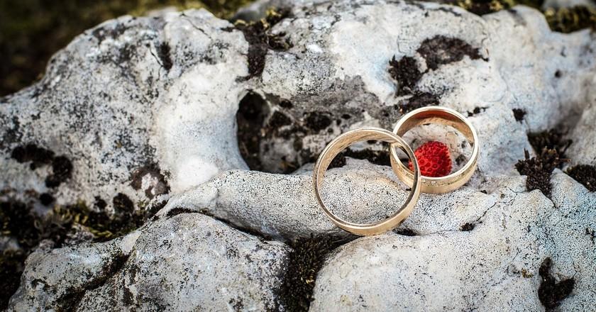 "<a href=""https://pixabay.com/en/wedding-rings-wedding-young-couple-998417/"" target=""_blank"" rel=""noopener noreferrer"">Unusual weddings | debowcyfotos / Pixabay</a>"