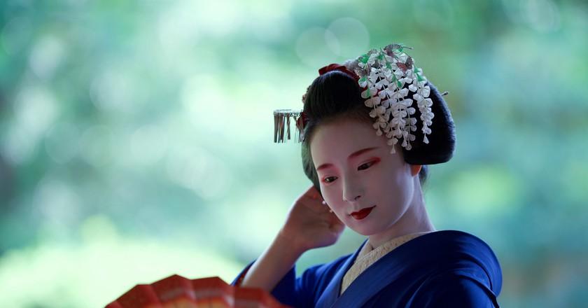 Maiko wear the most elaborate kanzashi, kimono and obi | © Tiger Takashi/Kyoto Flower Tourism