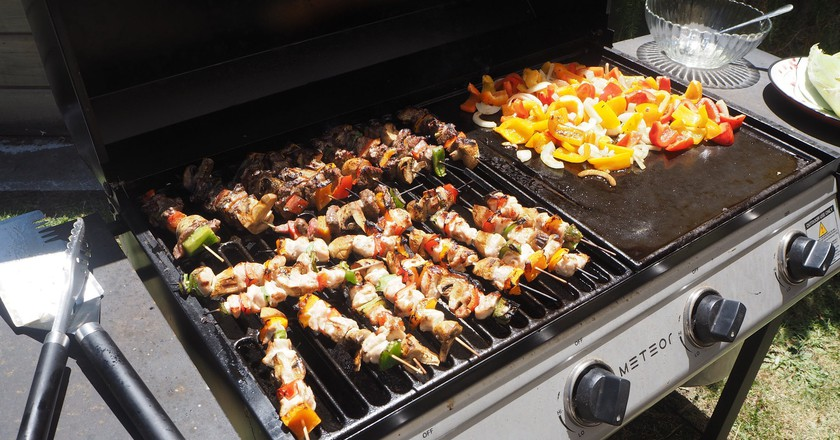 Kebabs and Vegetables Cooked on a New Zealand Barbecue   © Henry Burrows/Flickr