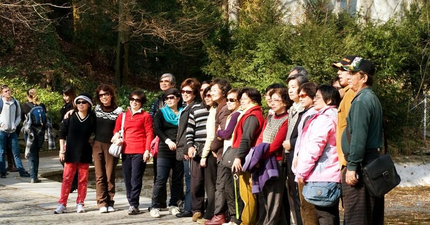 Chinese tourists having photo taken | © bigbirdz / Flickr