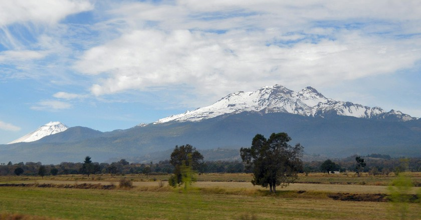 Iztaccihuatl and Popocatepetl │© Russ Bowling / flickr