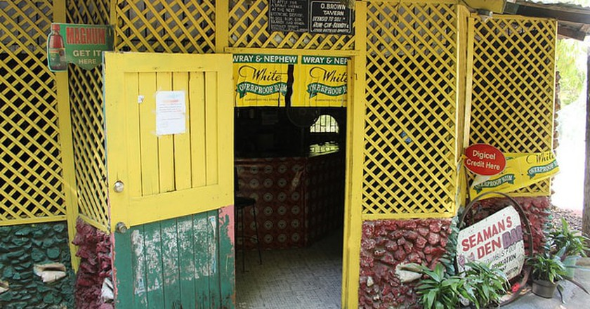 Bar in Kingston, Jamaica |© yonolatengo/Flickr