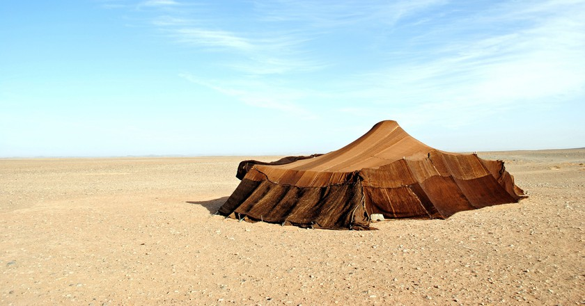 Traditional Berber tent in the Moroccan desert |© just_a_cheeseburger / Flickr