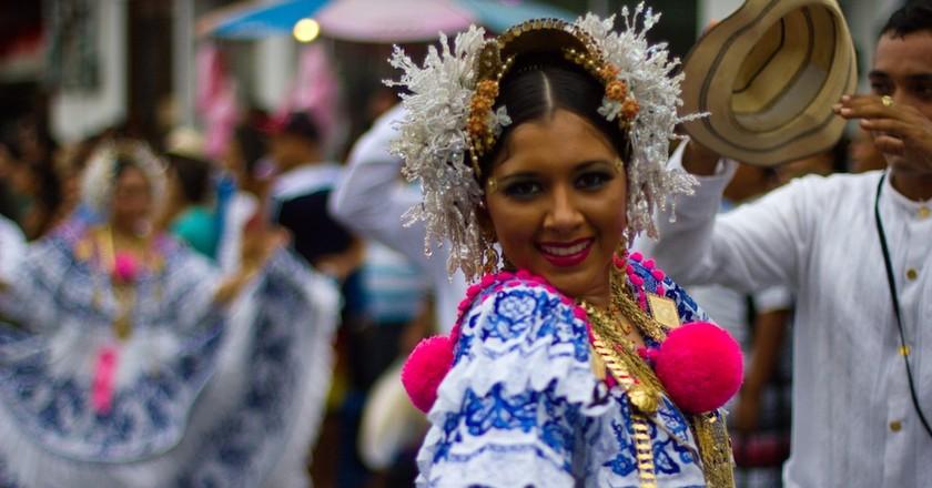 Panamanian woman wearing the Pollera dress | © Ayaita/Wikimedia Commons