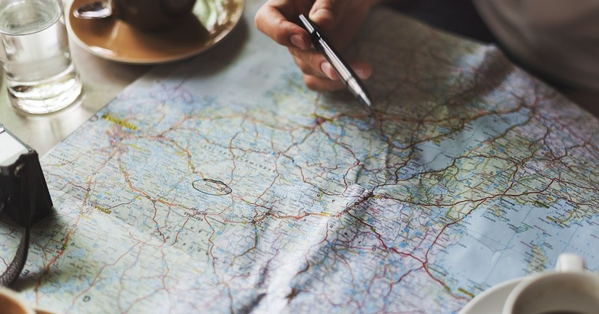 A Tourist Mapping Out a Trip / (c) Pixabay