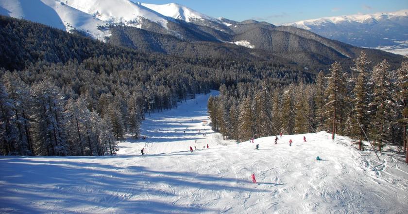 Panorama of winter mountains. Alpine ski resort Bansko, Bulgaria   ©  urbaneye011/Shutterstock