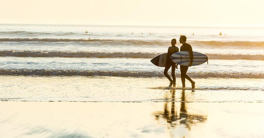 Couple surfing   © Surf Snowdonia/Flickr