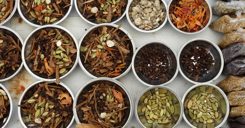 Spices ready for cooking at the market | © Adam Jones / Flickr