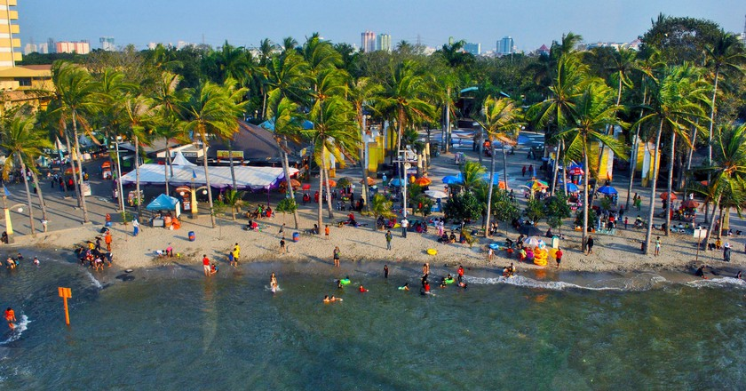 Ancol Beach, Indonesia | © Everyone Sinks Starco/Flickr
