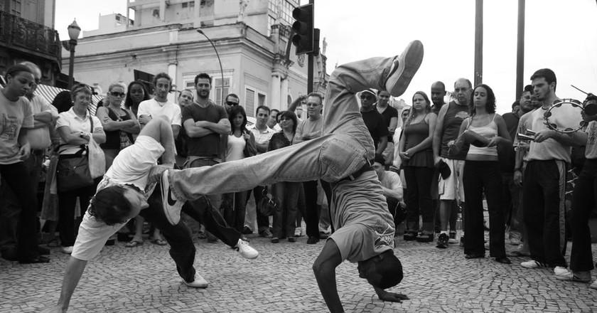 Capoeiristas use acrobatic moves to evade attacks   © Eduardo Otubo/Flickr