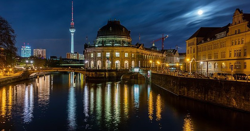Moonlight view of the Bode Museum | © Diego Delso, delso.photo, License CC-BY-SA / WikiCommons