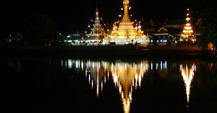 Wat Chong Kham at night | © momo/Flickr