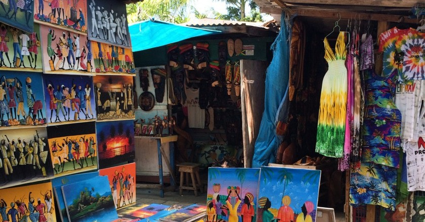 Paintings at a Jamaican craft market | © Visit Jamaica