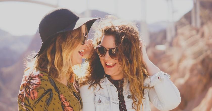Girls laughing at hilarious German jokes   © StockSnap/Pixabay