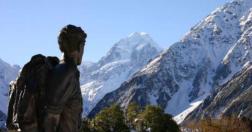 Statue of Sir Edmund Hillary near Aoraki/Mount Cook, New Zealand | © Jonathan Keelty/Wikimedia Commons