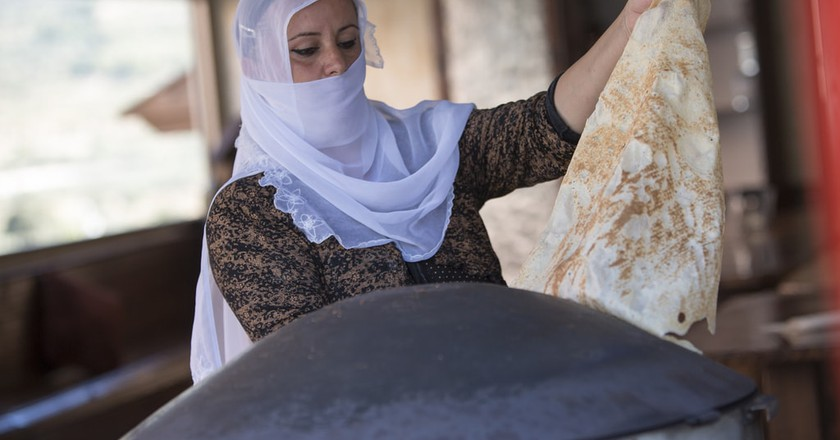 A Druze woman makes a classic Druze pita bread   © israel_photo_gallery / Flickr https://www.flickr.com/photos/israelphotogallery/10924218956/