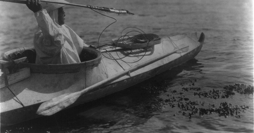 An Eskimo ready to throw a spear in the waters of Alaska, 1927 | © WikiCommons