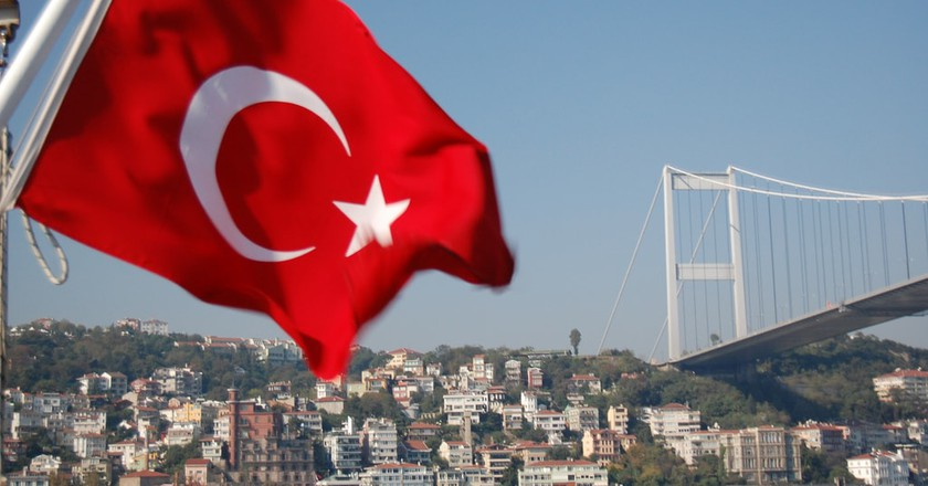 Turkish Flag with the Bosphorus Bridge as a backdrop | © KLMircea/Flickr
