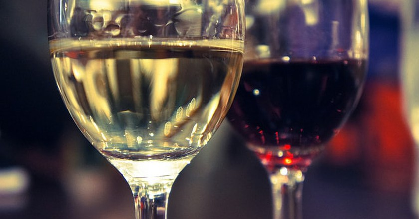 """<a href=""""https://www.flickr.com/photos/26613076@N07/8301168329/"""" rel=""""noopener"""" target=""""_blank"""">Red and white wine   © uetchy / Flickr</a>"""