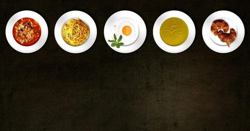 Plates with food. Comfreak (c) | Pixabay