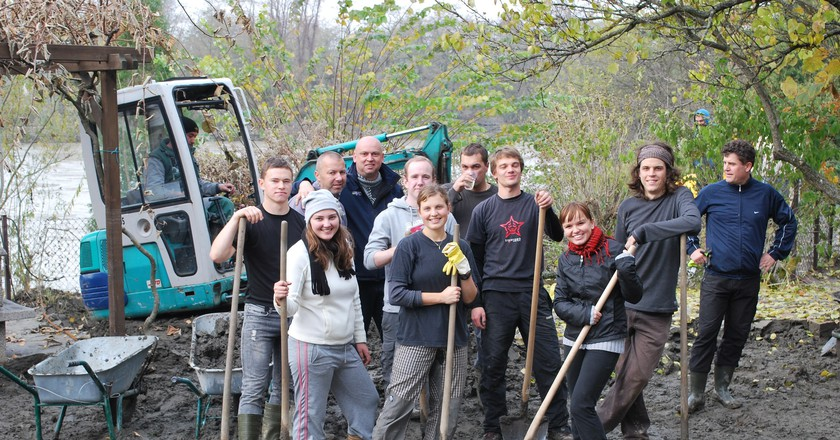 Volunteers on a construction site | © Daniel Thornton / Flickr