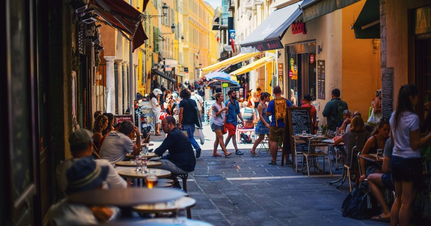 Outdoor seating at a café in France | © Paul Rysz / Unsplash