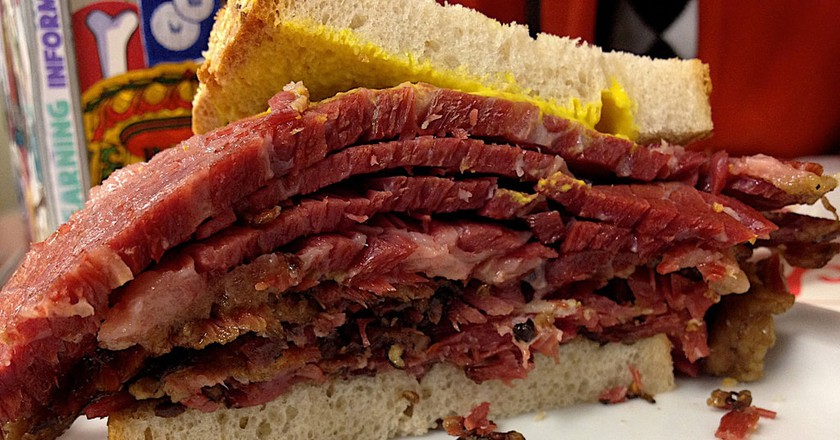 A classic smoked meat sandwich at Schwartz's | © Alan Levine/ Flickr