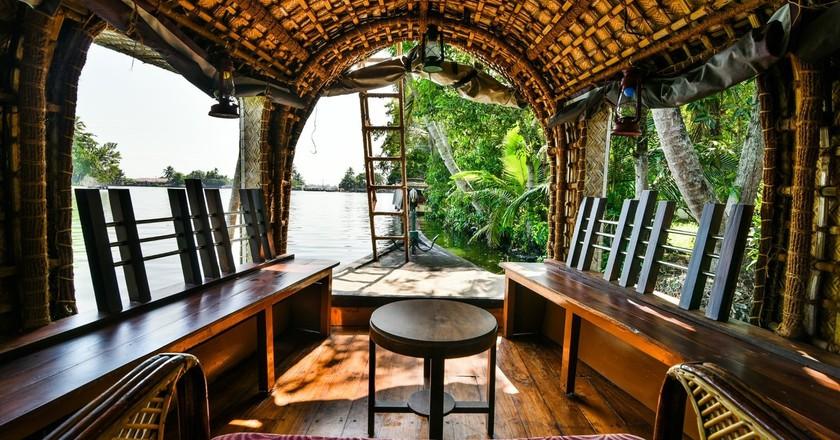 Inside a houseboat | ©ravishahi / Pixabay