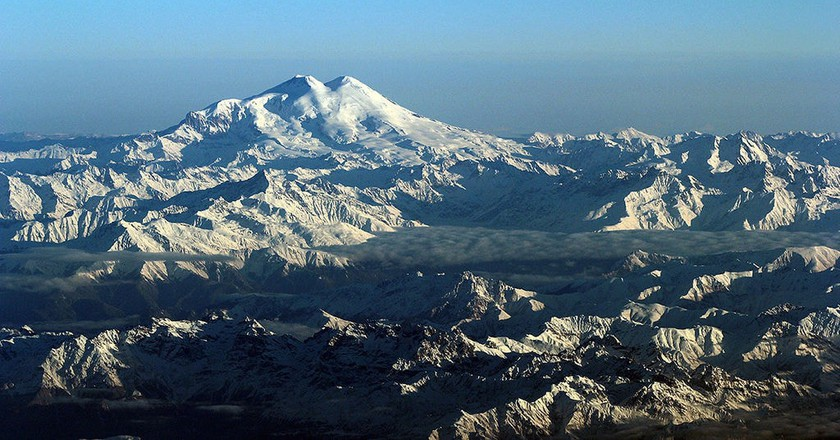 The majestic view of Mount Elbrus and the Caucasus Mountains | © Jialiang Gao/WikiCommons