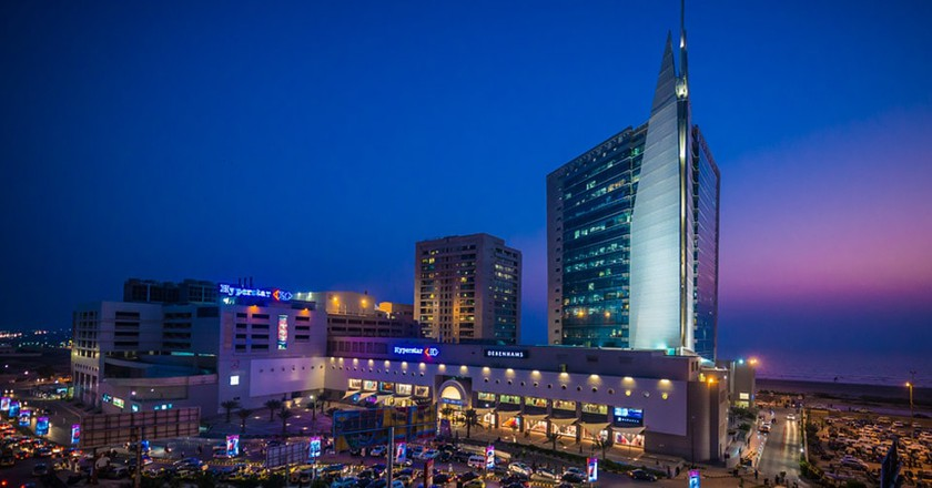 Dolmen City Mall beside the Clifton beach, Karachi | © TylerBlack97/WikiCommons