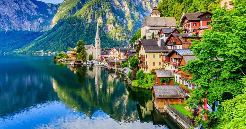 Famous Hallstatt mountain village and alpine lake, Austrian Alps | © Pawel Kazmierczak/Shutterstock