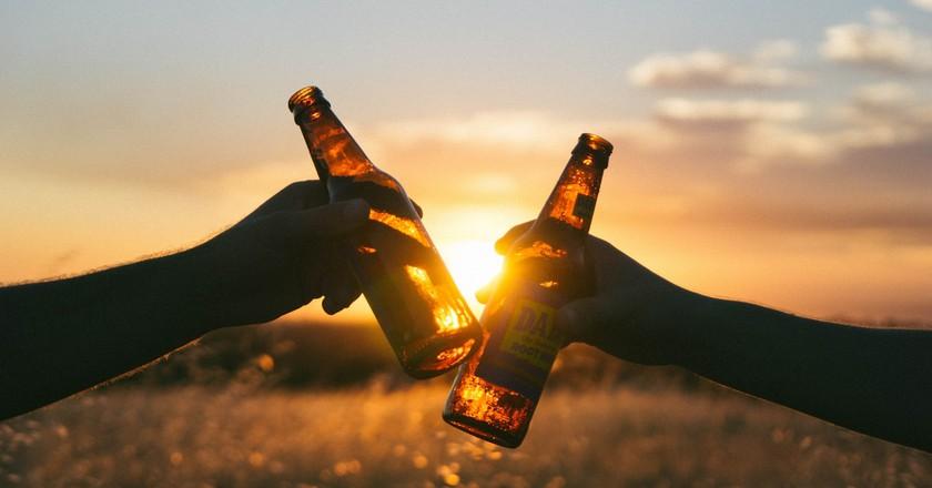 Sunset beers | © Wil Stewart / Unsplash
