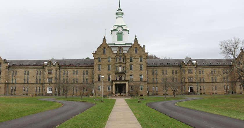 The exterior of Trans Allegheny Lunatic Asylum. | © Lwp Kommunikáció / Flickr