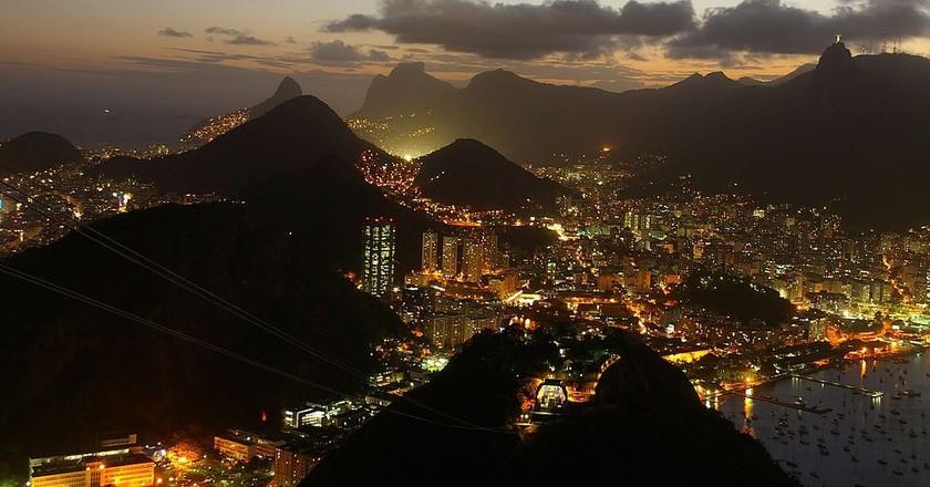 Rio de Janeiro at night |© Ben Tubby/WikiCommons