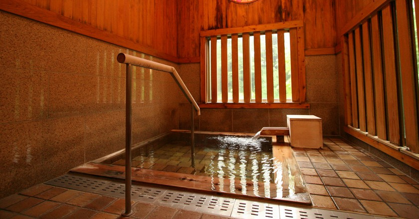 Enjoy a romantic dip in a private 'onsen' bath | © 水上温泉 水上館 / Flickr