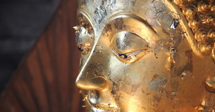 Close-up shot of a Buddha statue in Thailand   © Seba Della y Sole Bossio / Flickr
