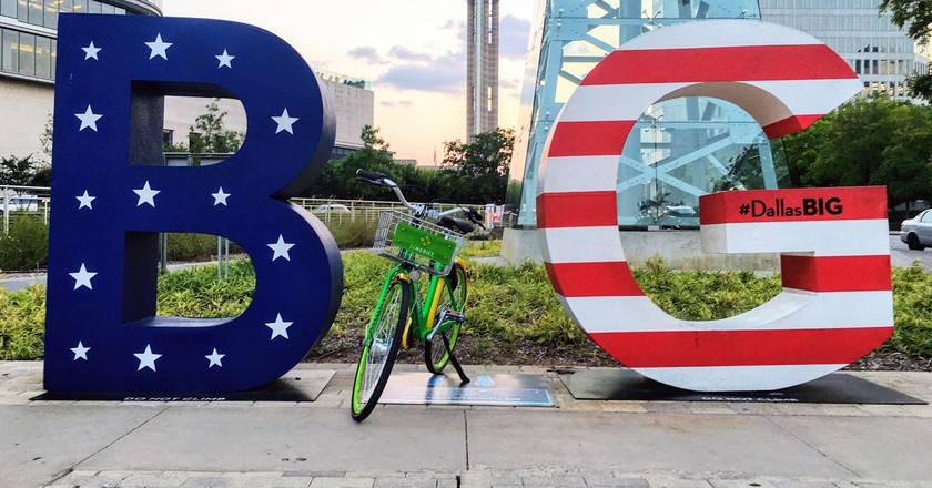 LimeBike in the #DallasBIG sign │Courtesy of LimeBike