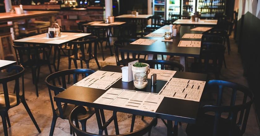 Inside of a restaurant | © kaboompics / Pixabay