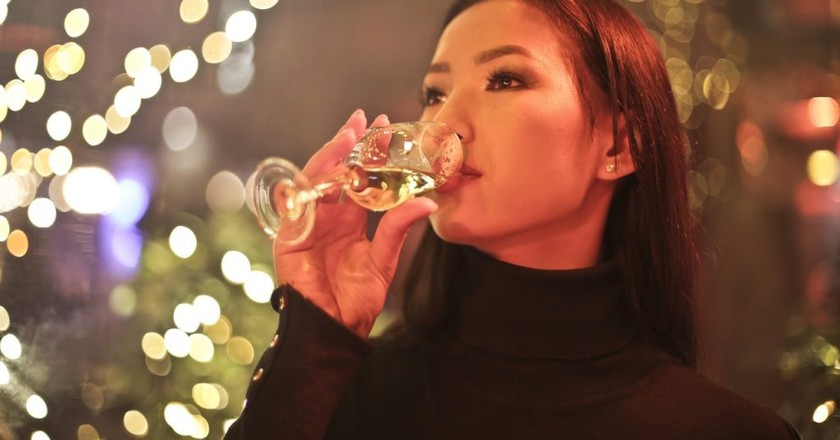 Woman drinking wine | © Bruce Mars/Pexels