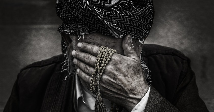Man covering his face with shame and sorrow | © omar alnahi / Pexels